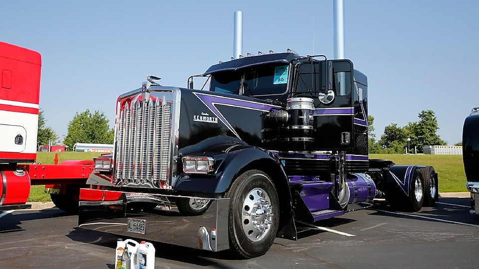 1st Place Classic Division - Billy Baker - St. Catherine's, Ontario - 2000 Kenworth W900L